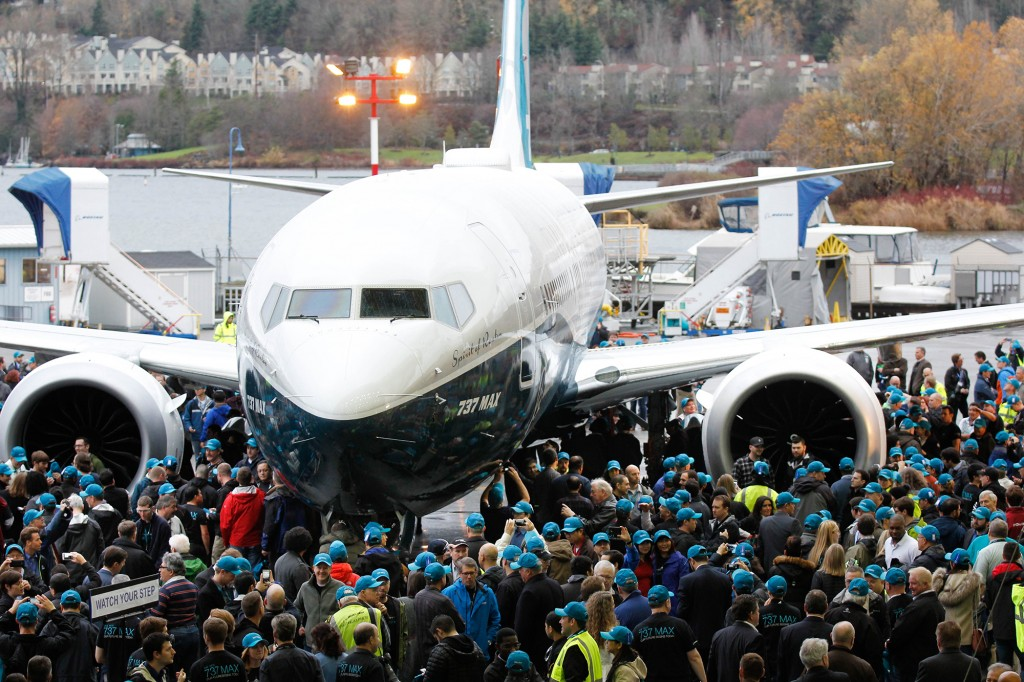 Crowds around plane (1) © BOEING