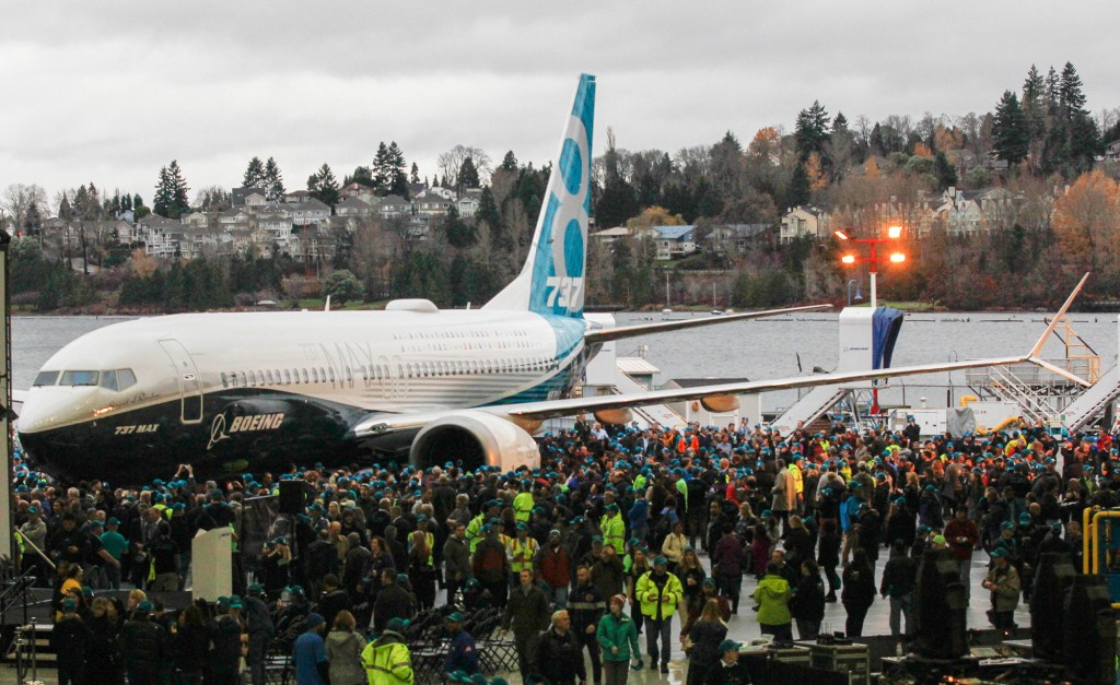 Crowds around plane (2) © BOEING